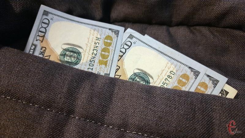 Грабіжники забрали в чоловіка сумку, в якій могло бути 10 тисяч доларів США