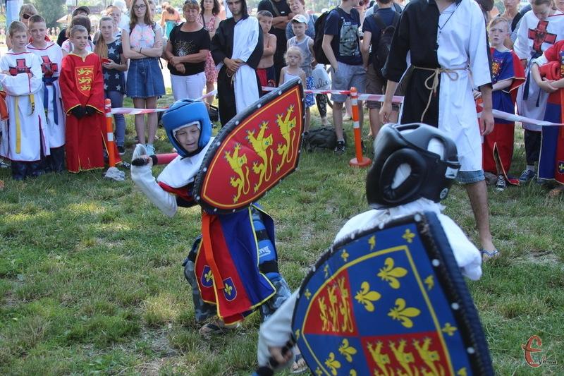 У спортивно-лицарському турнірі беруть участь чотири десятки спортсменів різного віку