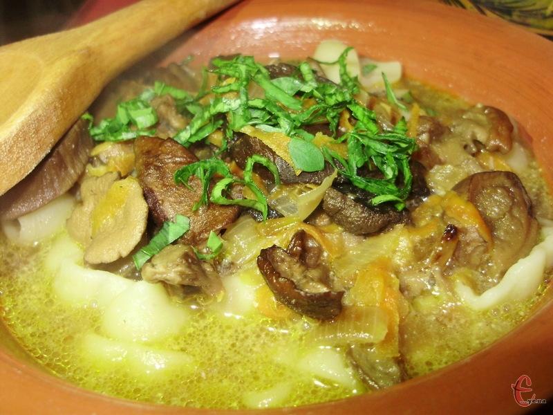Густину юшки можна регулювати борошном і споживати або як суп, або ж як підливу до локшини та каші.