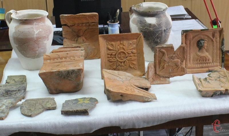 Знайдені кахлі - місцевого виробництва. Вони виготовлені в Кам'янці на початку XVII століття