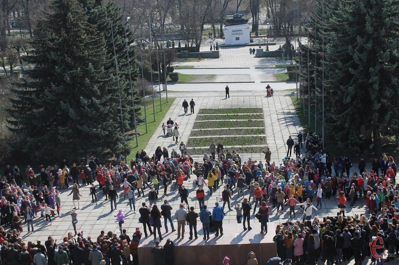 """Під час перерви усі колективи взяли участь у флешмобі """"Україна танцює"""" на головній площі міста."""