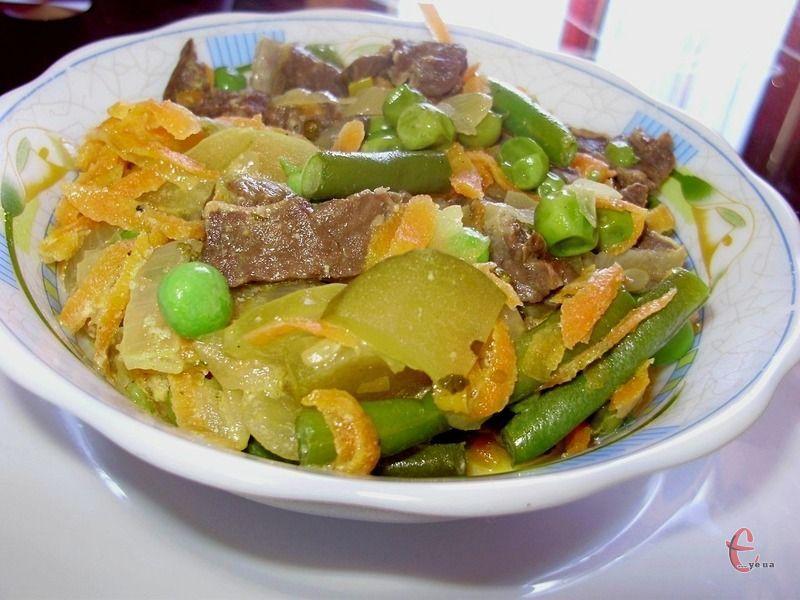 Легені з овочами, тушковані в сметанному соусі — це просто, бюджетно й дуже смачно!