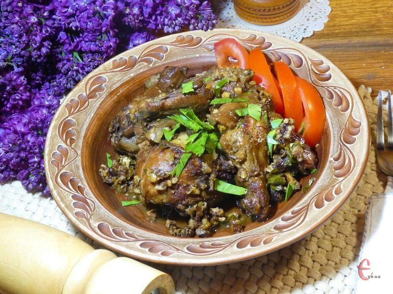 Навіть жменька волоських горіхів перетворює курятину на шедевр кулінарного мистецтва.