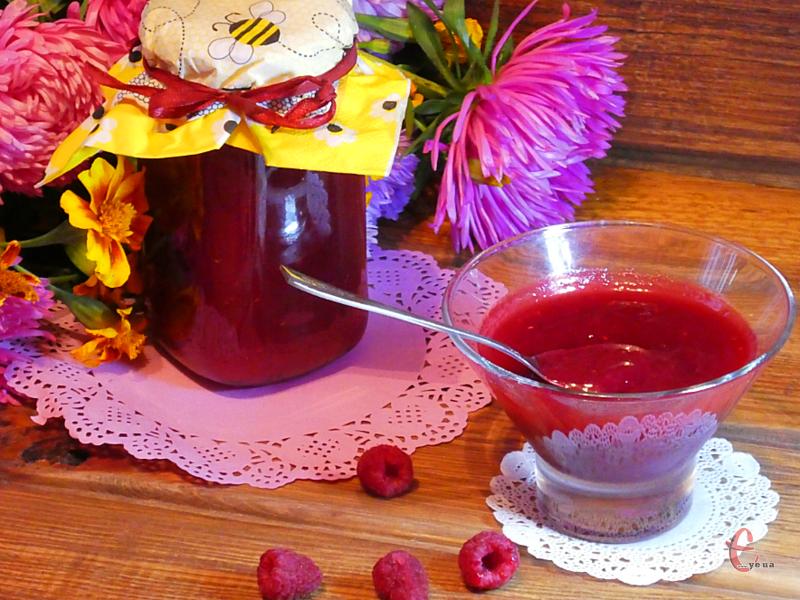 Ласощі виходять просто королівськими, оскільки зберігаються і смак, і колір свіжої малини.
