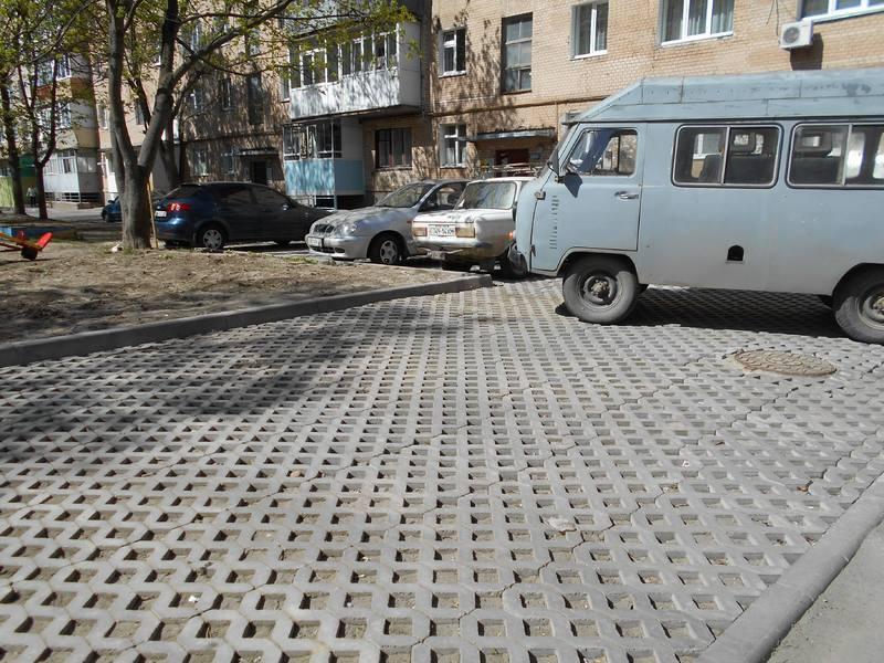 Великий екопаркінг, що знаходиться по вулиці Курчатова, все ж користується чималим попитом у водіїв. Тут уже ніхто не залишає машини на газоні