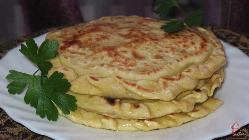 Смажені перепічки з прісного тіста з картопляно-сирною або м'ясною начинками.