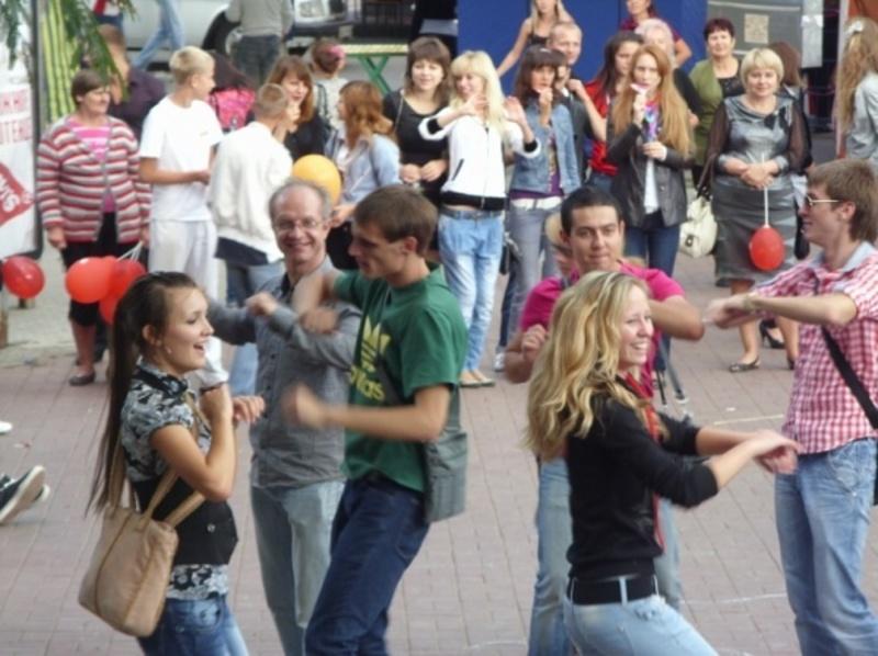 Хмельничан кличуть потанцювати на вулиці