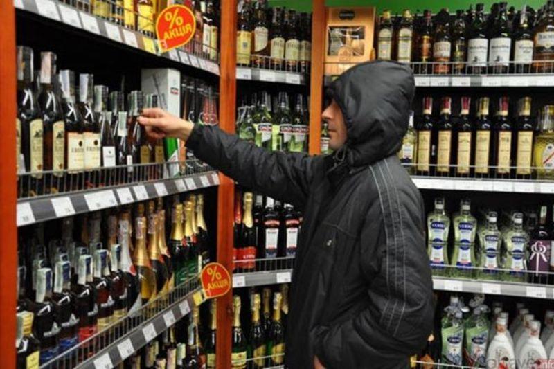 У поліції кажуть, що крадіжка алкоголя з полиць супермаркету - поширене явище
