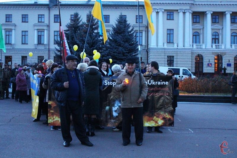 Учасники мітингу пройшлися вулицями Хмельницького, з вимогою до Путіна припинити війну, а до світової спільноти - посилити санкції Росії