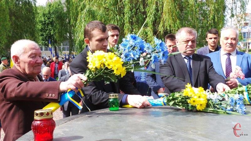 Хмельничани принесли до пам'ятника квіти