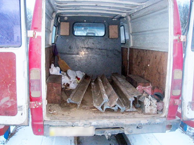 Порізані рейки підозрюваний завантажив в автомобіль знайомого