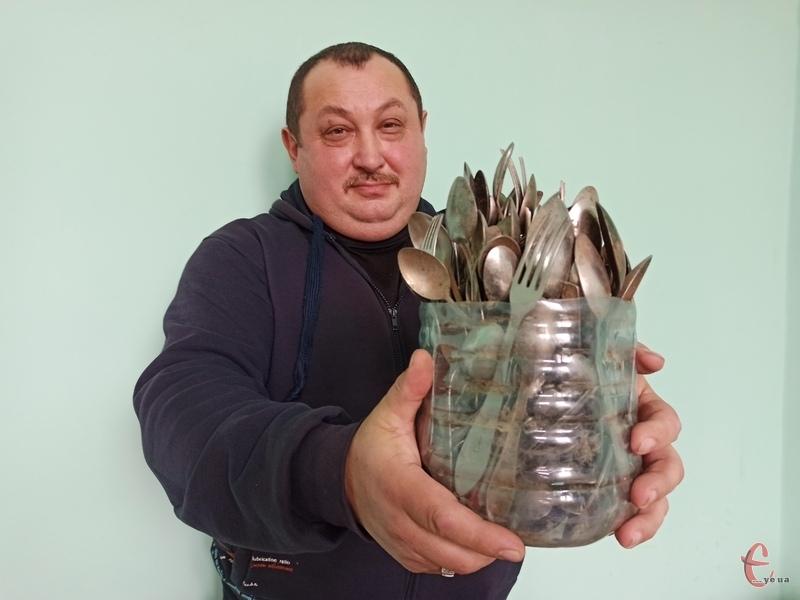 Сергію Вікторовичу доводиться виймати з каналізаційних мереж усе, що змили хмельничани в унітаз