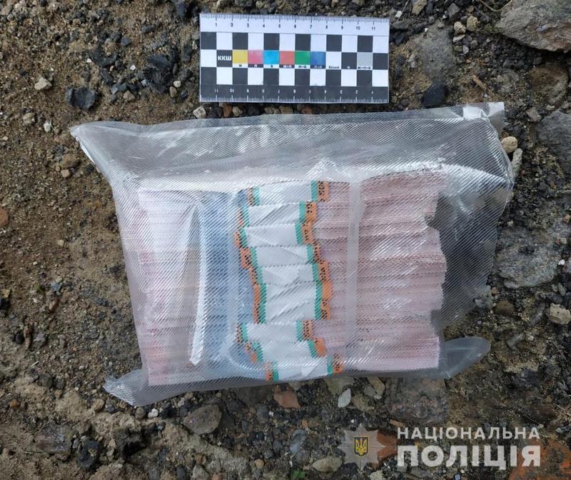 Мешканець Хмельниччини намагався за сувенірні гривні придбати 19 тисяч доларів США