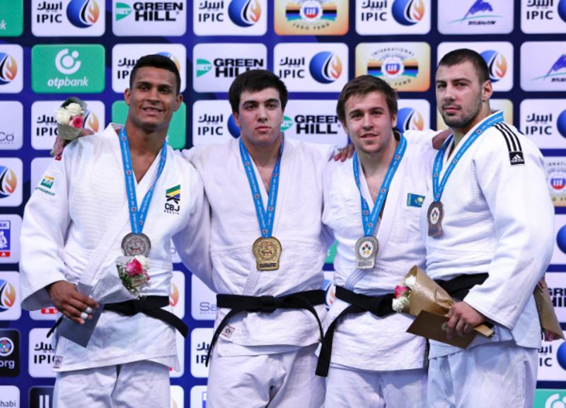 Антон Савицький (праворуч) став бронзовим призером чемпіонату світу з дзюдо серед юніорів