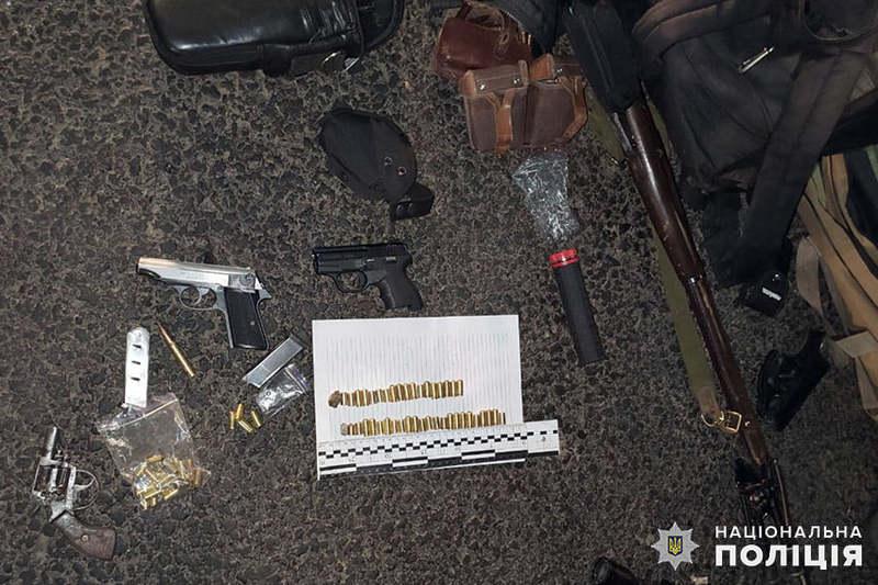 У 42-річного хмельничанина поліцейські вилучили арсенал зброї, набої та наркотики