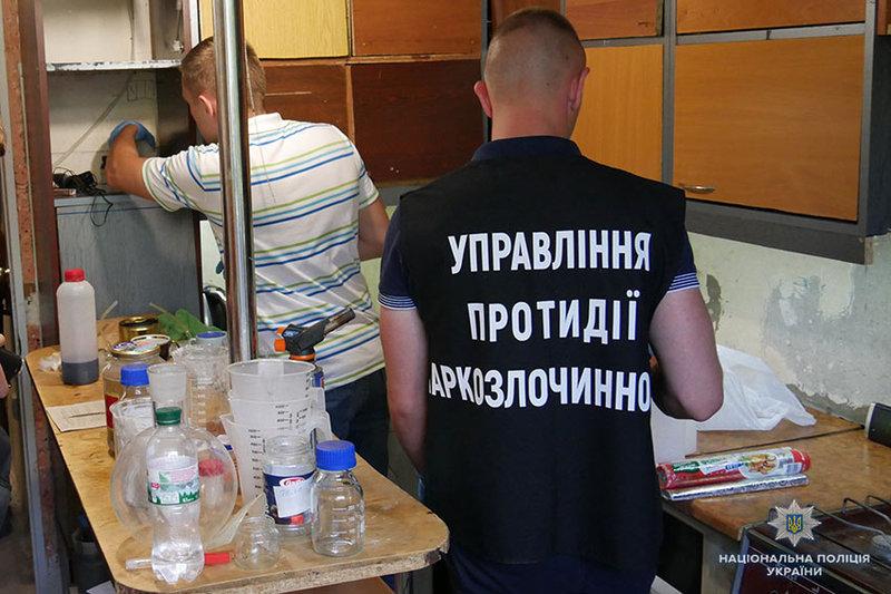 У Хмельницькому правоохоронці викрили наркоділка, який прямо у квартирі виготовляв та збував амфетамін