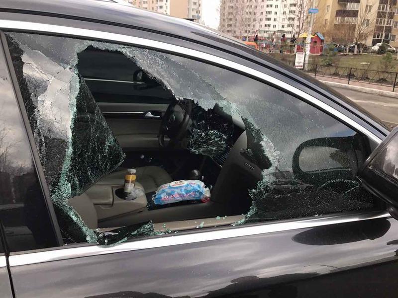Щоб потрапити в салон автівки, чоловік розбив вікно з боку місця для пасажира
