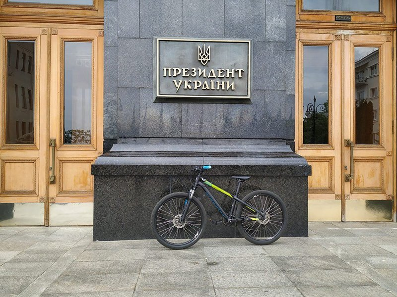 Володимир Зеленський поки що на роботу на велосипеді, як у серіалі Слуга народу, не їздить
