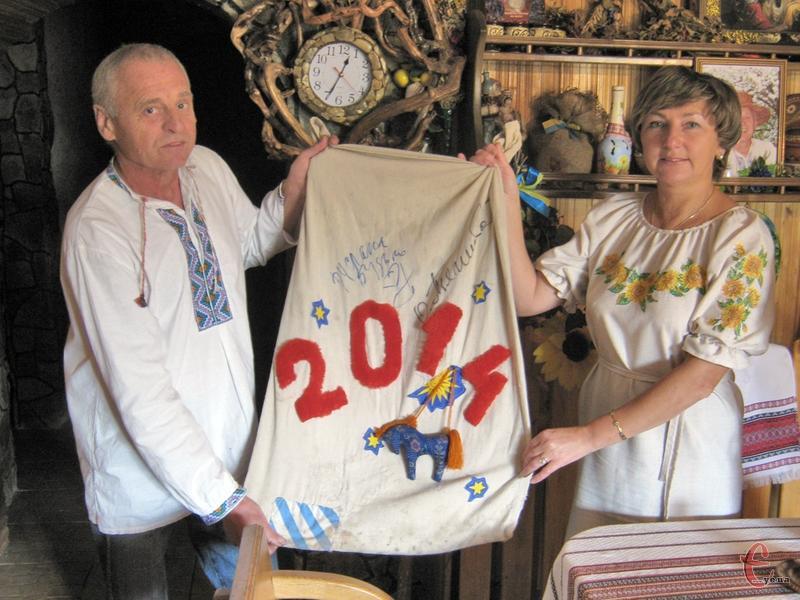 З цих, власноруч зшитих і вишитих мішечків Валентина і Михайло роздавали подарунки на Майдані в Новорічну ніч.