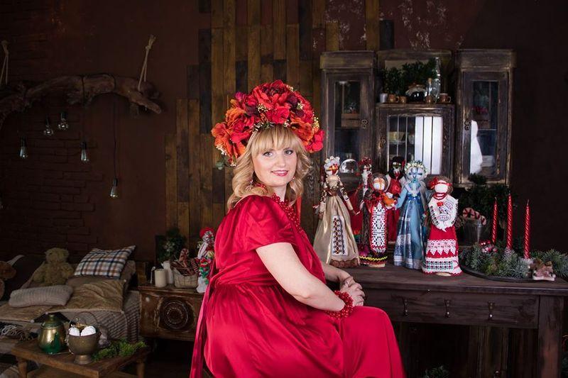 Раніше майстриня працювала у сфері торгівлі, а зараз весь свій час присвячує створенню оригінальних ляльок
