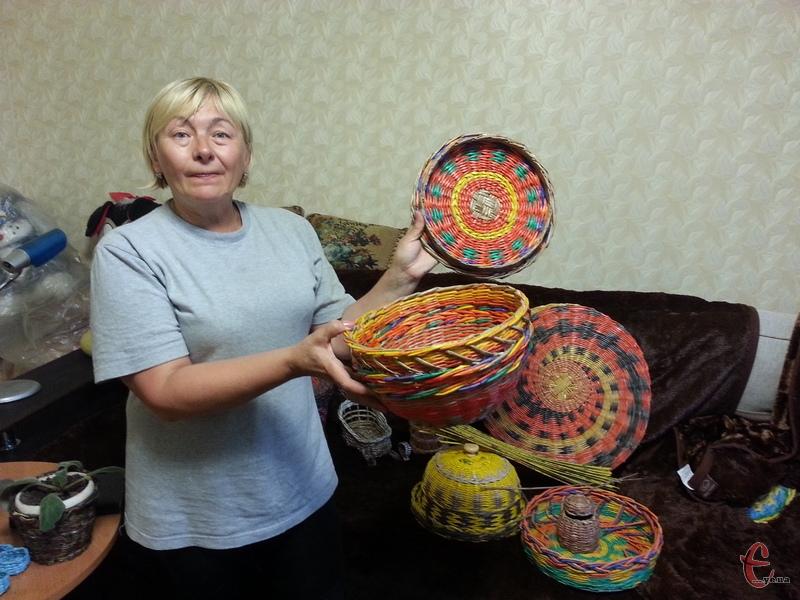 «Ці речі я роблю з матеріалів, які цілком доступні для кожного, оскільки, газети є чи не у кожного вдома», - каже Світлана Грудініна