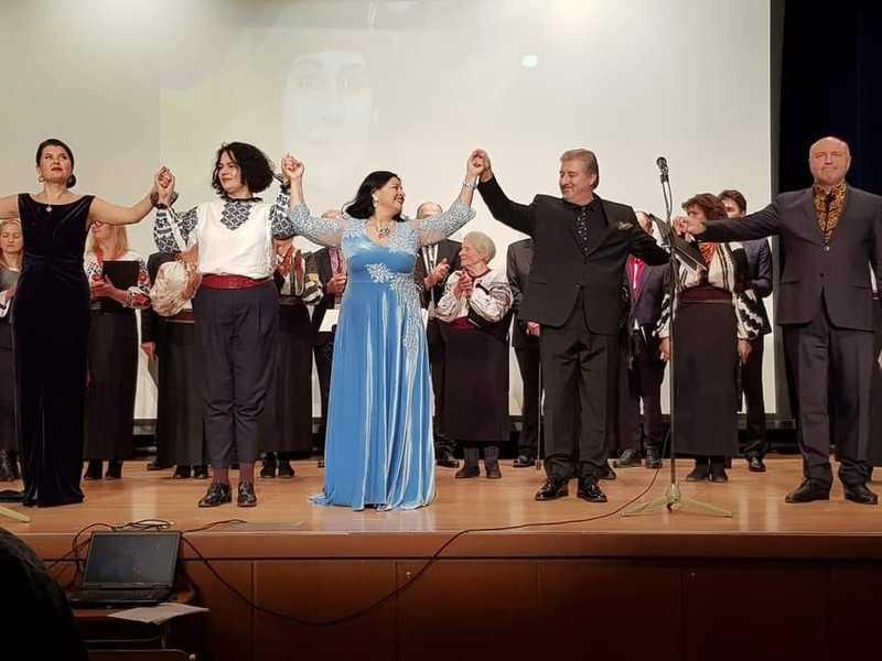 Фатіма Чергіндзія (у блакитному платті) взяла участь у  вечорі пам'яті легендарного оперного співака Василя Сліпака