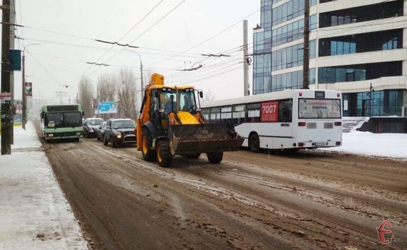 Дорожнє покриття у Хмельницькому цілу ніч розчищали працівники КП «БРЕД»