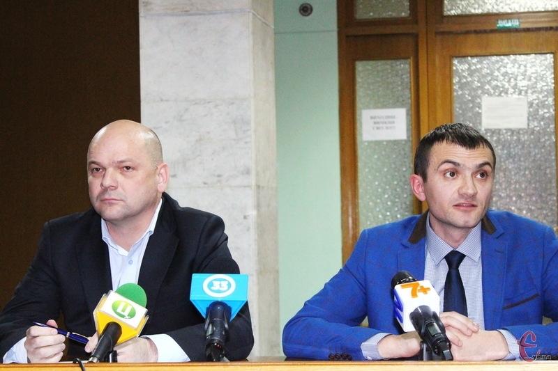 Костянтин Чернилевський (ліворуч) та Олександр Симчишин майже дві години спілкувалися з представниками громадських організацій Хмельницького