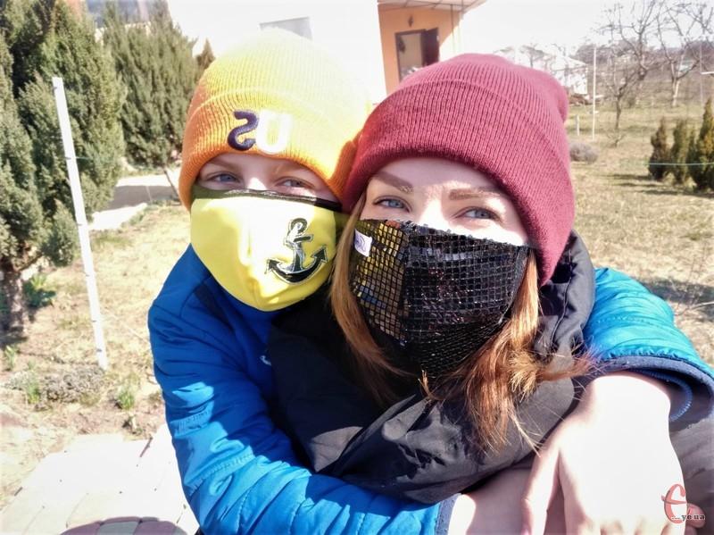 Перші маски дизайнерка пошила для себе та сина