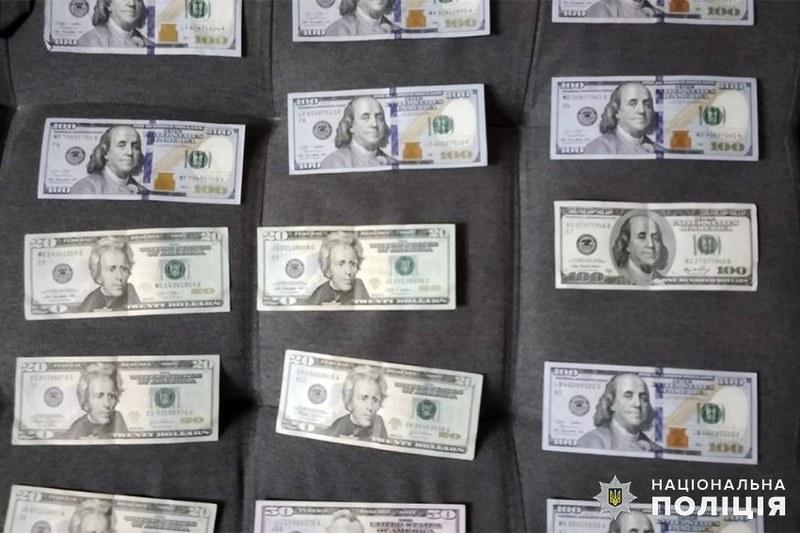 У помешканнях підозрюваних провели обшуки, під час яких вилучили як долари, так і гривні