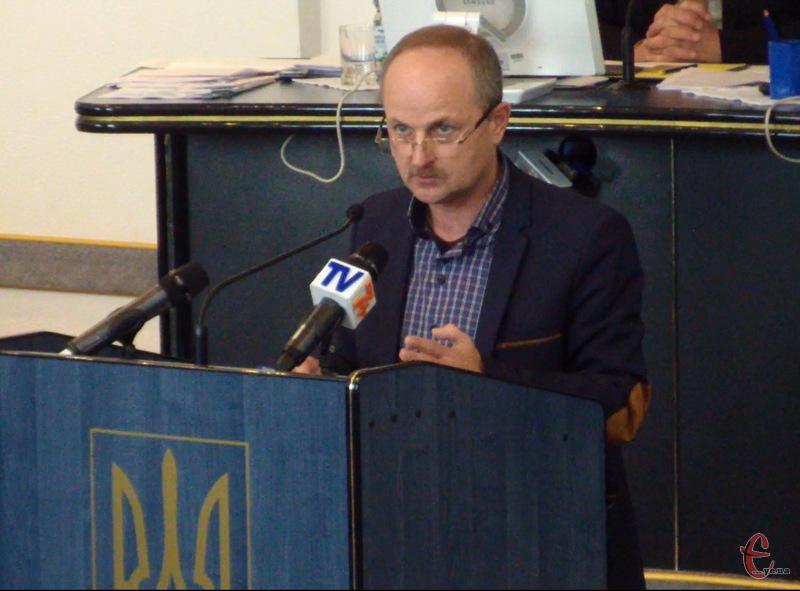 Сергій Ремез, начальник управління молоді та спорту, каже, що на наступну сесію міська рада розгляне питання допомоги футбольному клубу Поділля