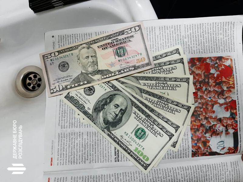 Гроші намагались викинути в туалет