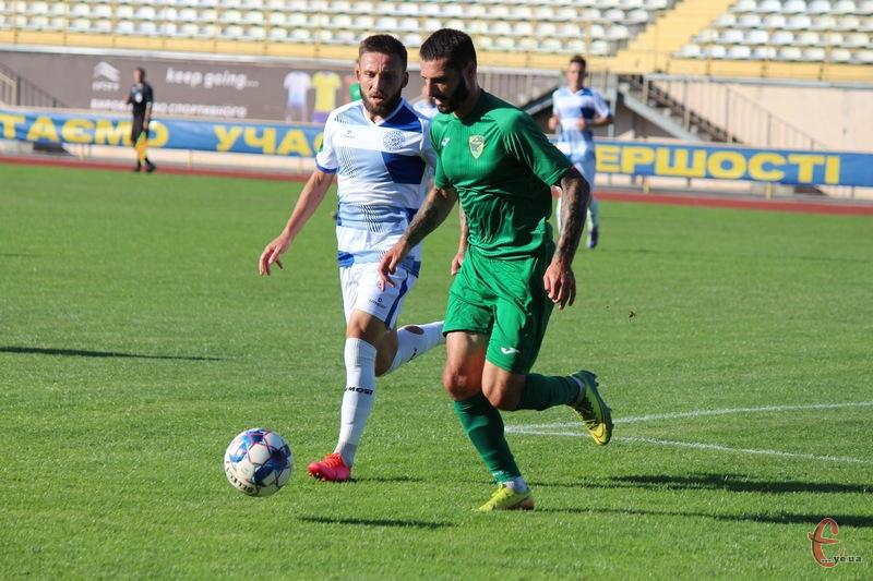 Ян Морговський (у біло-синій формі) не мав права грати в кубковому матчі проти Прикрапаття
