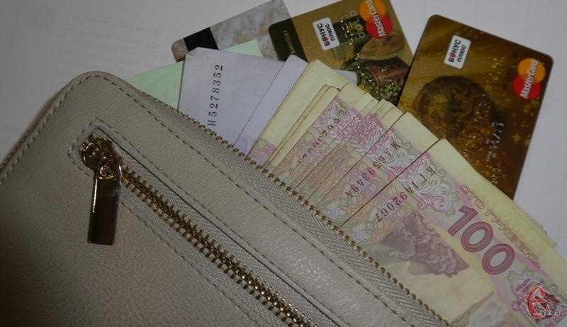 Співробітники спецслужби затримали зловмисника після зняття з підроблених платіжних карток майже п'ятдесят тисяч гривень.