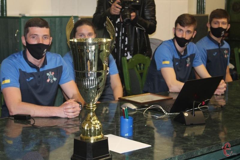 Спортсмени прийшли у міську раду зі кубками чемпіонів перших ліг