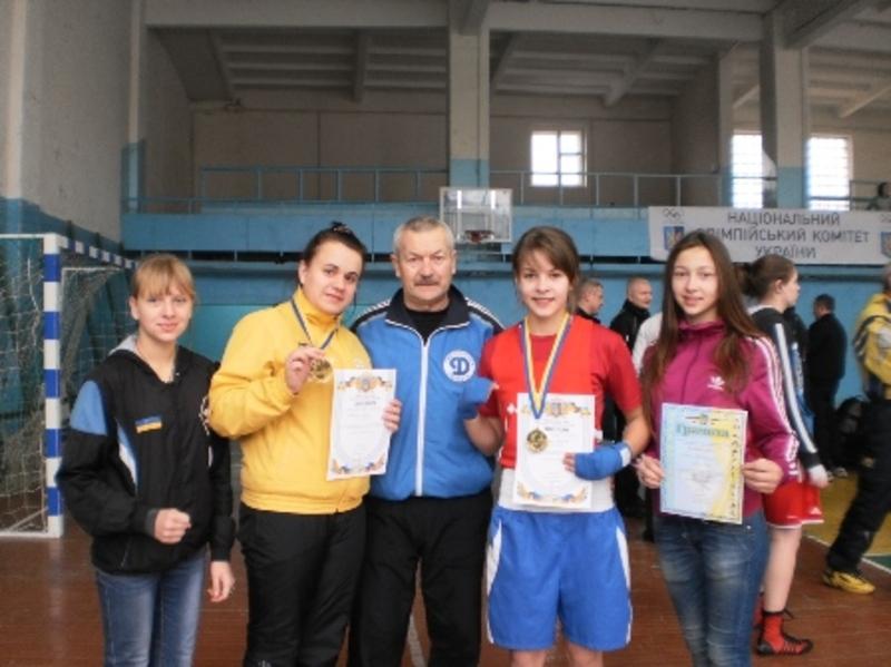 Олена Карпюк з Нетішина (друга праворуч) виграла чемпіонат України.