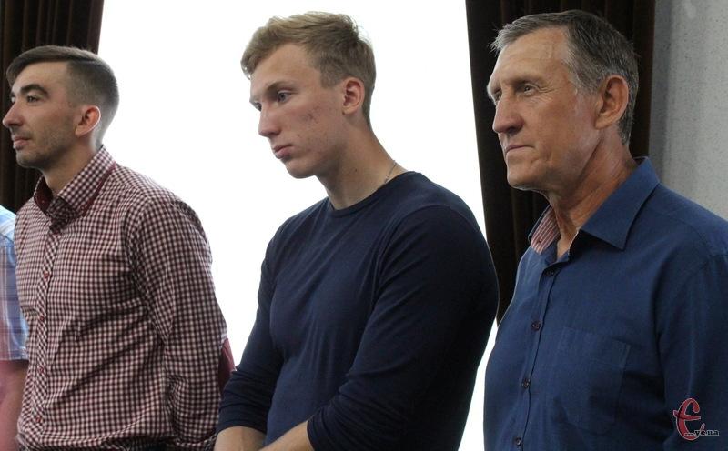 Дмитро Янчук (ліворуч) та Павло Алтухов (у центрі) змагатимуться в різних дисциплінах на каное. Павло, між іншим, готуватиметься й надалі під керівництвом сового дідуся Сергія Жиляєва (праворуч)
