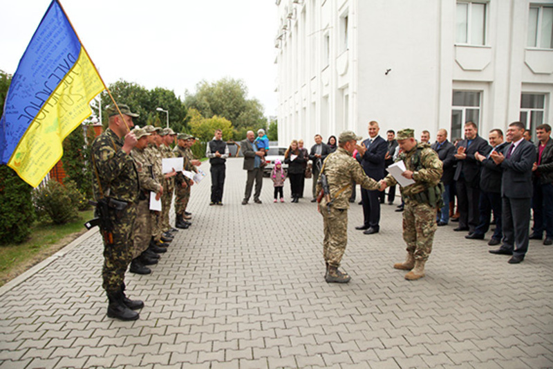 На бойовому знамені міліціонерів мешканці Луганщини залишили слова вдячності