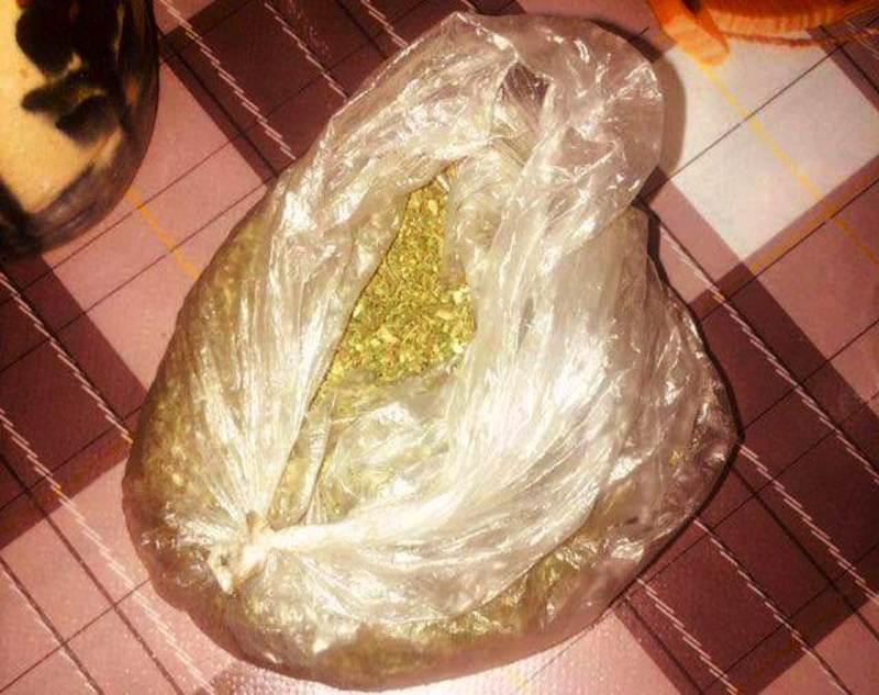 На кухонному столі патрульні помітили поліетиленовий пакет із речовиною, що схожа на наркотичну