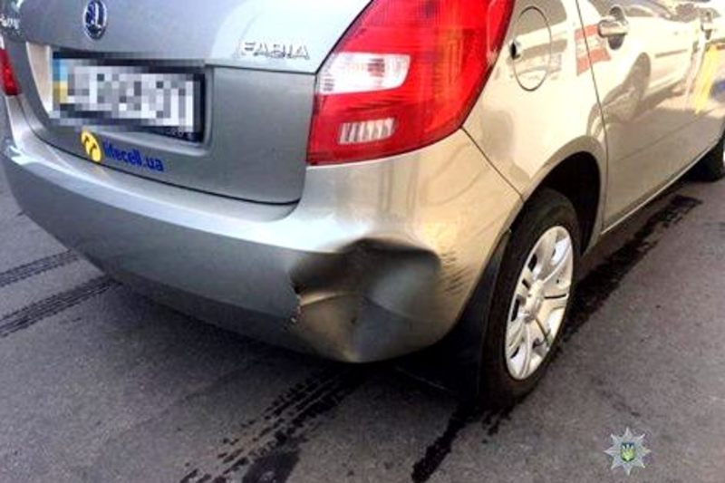 Велосипедист пошкодив автомобіль і втік з місця події