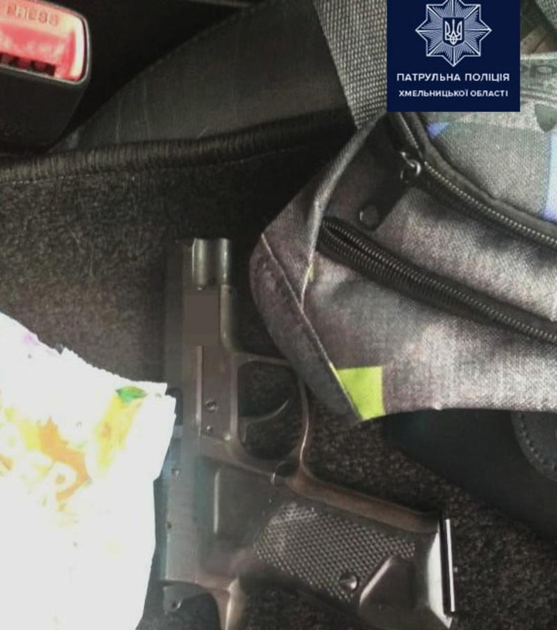 Патрульні притягнули водія за перевищення швидкості, а слідчі з'ясовуватимуть природу знайденого предмета