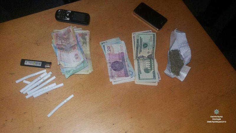 В одного з чоловіків знайшли гроші різної валюти і наркотики