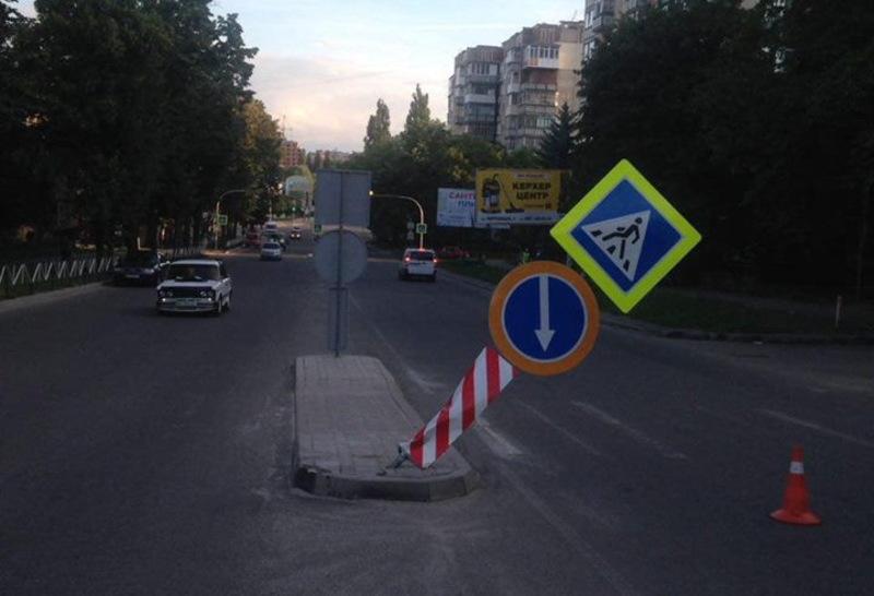 Водій, наїхавши на дорожній знак, зник з місця пригоди
