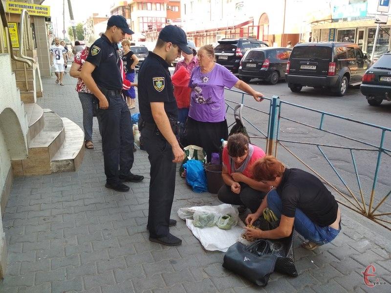 Патрульна поліція щодня «ганяє» вуличних торговців.