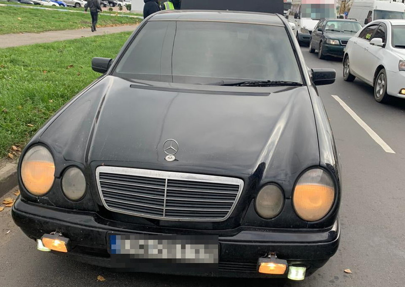 Правоохоронці зупинили автомобіль за порушення правил дорожнього руху