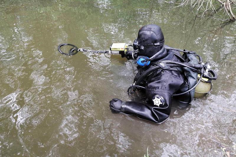 Піротехніки дістали з річки снаряд, який згодом знешкодили