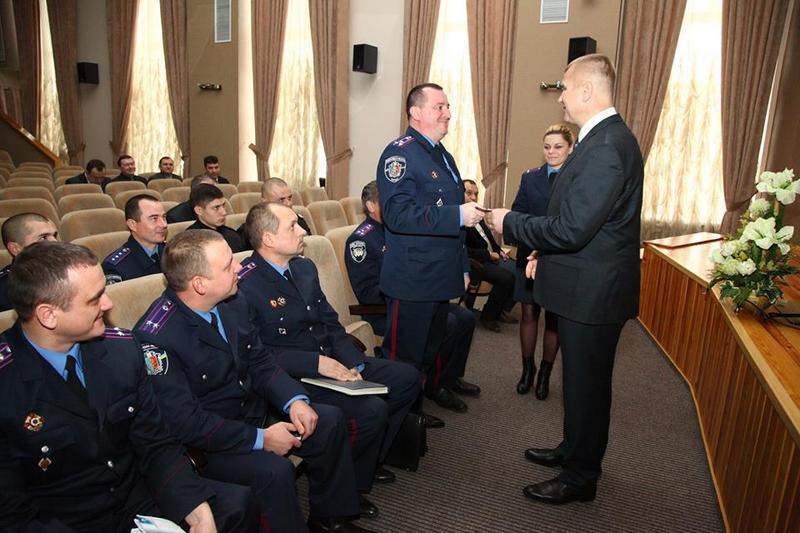 Хмельницьким поліцейським вручили посвідчення учасника АТО