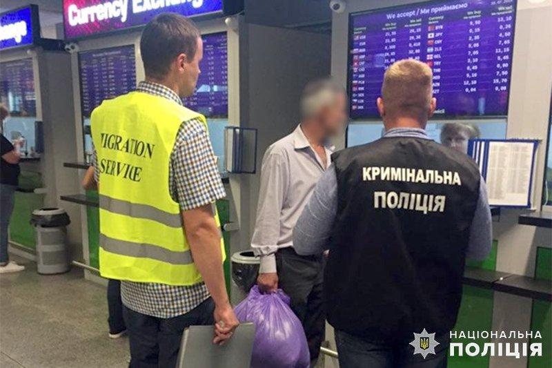 Хмельницькі поліцейські спільно з колегами із міграційної служби видворили з території України нелегала з Азербайджану