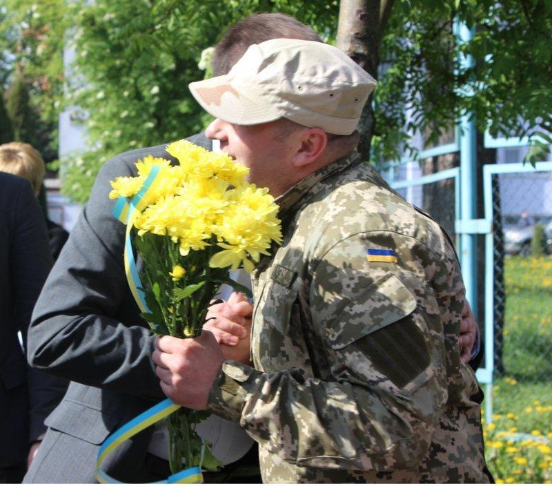 Працівників СБУ із відрядження зустрічали родичі і друзі