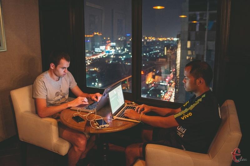 Хмельничанин Тарас Ляпун (ліворуч) разом із колегами з США та хмельничанами створили програму, завдякі якій незнаоймі один іншому люди можуть легко зібратися та пограти в футбол